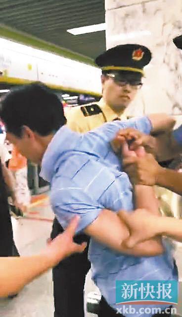 猥琐男地铁故意裸露下体 90后女孩拍下视频存证据