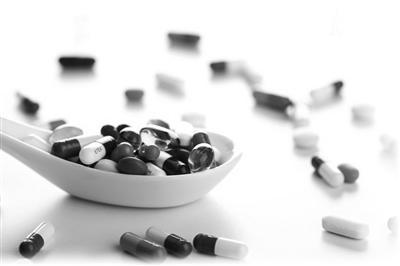 用饮品送服药物可不可取?专家:饮料成分较复杂