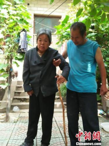 河北邢台一男子照顾瘫妻20年 相濡以沫共赴风雨路