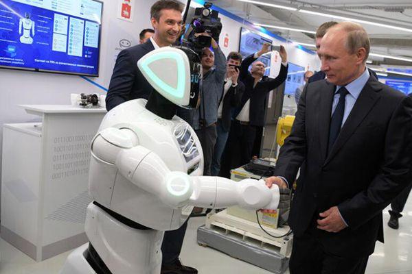 俄总统普京走访彼尔姆边疆 与机器人握手