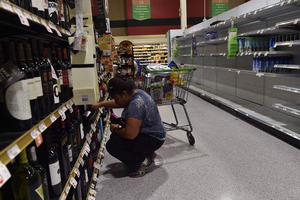 """美国民众备战飓风""""艾尔玛"""" 超市货架被扫空"""