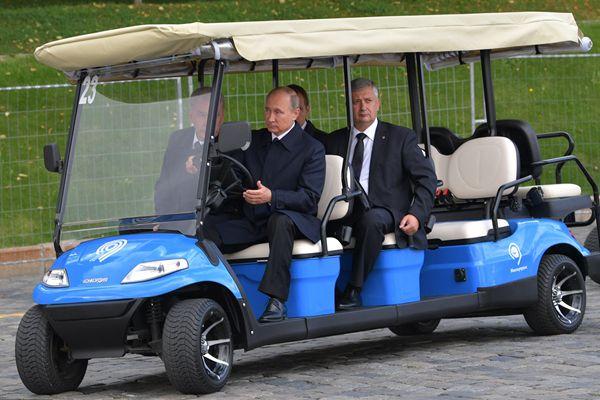 俄总统普京参观新开园公园 亲自开观光车