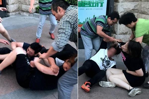 停车引发街头追打 女子大喊怀孕仍被踢倒