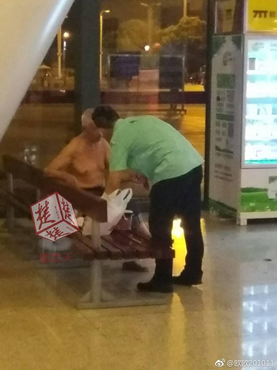 老人快餐店内乞讨 店员将其请出店后送上一份快餐