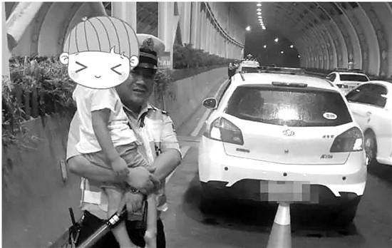 父亲酒驾被查5岁男孩吓哭 辅警抱起孩子给他讲故事