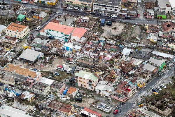 """飓风""""艾尔玛""""肆虐 旅游胜地圣马丁岛满目疮痍"""