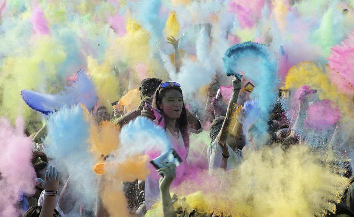 希腊面粉大战  彩色海洋中集体狂欢