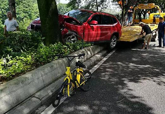 福州一女子骑共享单车被宝马撞飞身亡