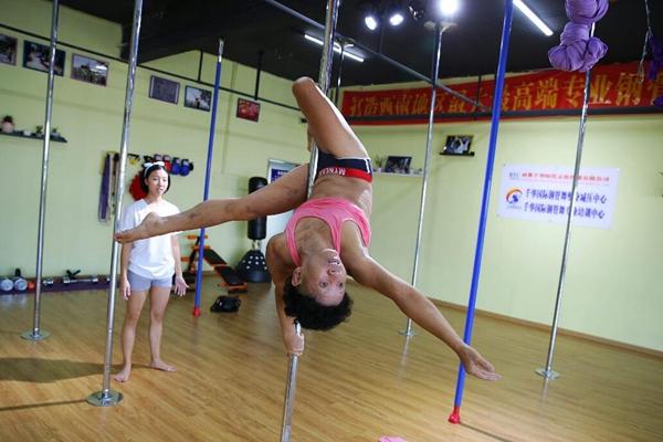近7旬老人教90后女孩钢管舞 动作惊险刺激