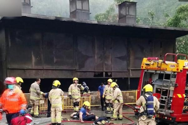 """女子坠入600度道观""""化宝炉""""消防员被灼伤"""