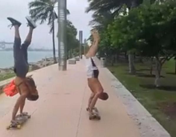 美冒险者为悼念友人顶着飓风倒立玩滑板