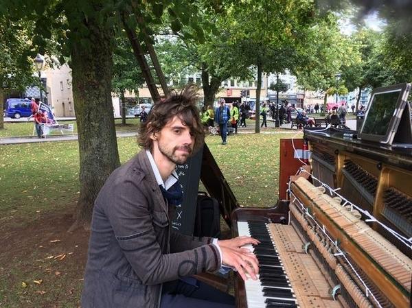 英音乐家为挽回旧爱连续弹钢琴24小时引发争议