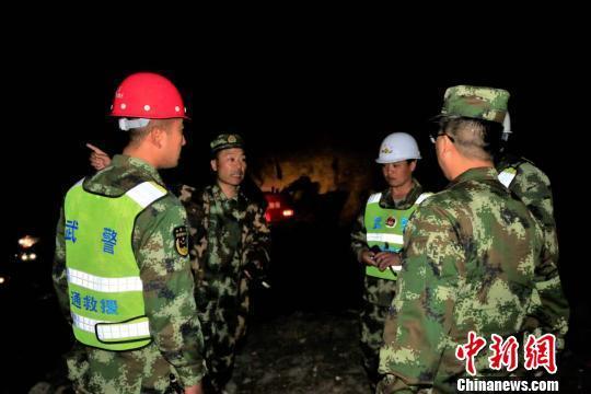 新藏线多次出现塌方 官兵及时抢修数百车安全离开