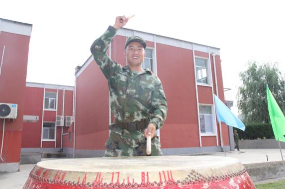 """全国首批""""00后""""小鲜肉成为北京武警"""