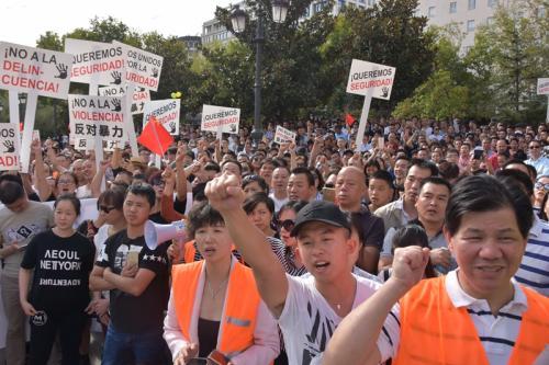 西班牙数千华人大规模集会发声:反暴力,要安全