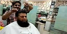 理发师同时用15把剪刀理发 技艺超群备受青睐