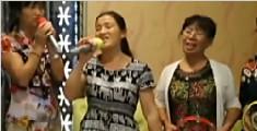 老年人欢唱KTV视频热传:大妈坐包间内打毛线