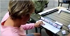 美国大妈纽约街头搓麻将 边做笔记边看小抄