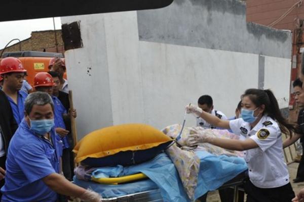 村民家房屋倒塌 上百人成功救出8岁女孩