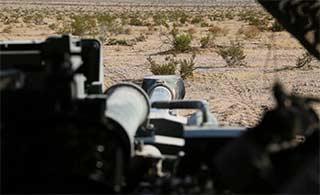 美军最轻型M777榴弹炮尝试平射