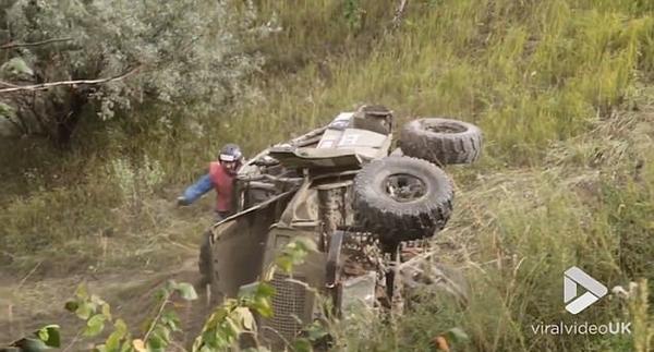 越野车训练中滚下山坡司机竟安然无恙 惊险万分