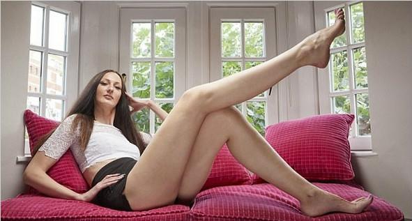 """俄女子腿长132厘米获""""世界第一长腿小姐""""称号"""