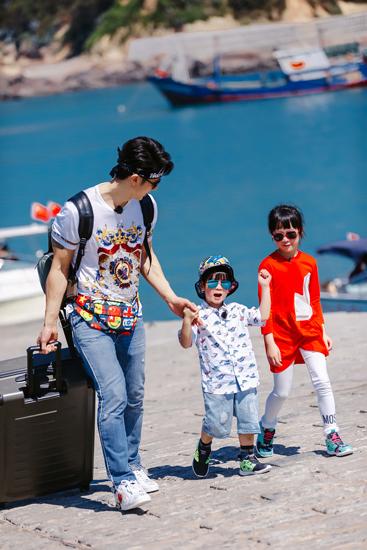 《爸爸5》吴尊带两娃 姐弟互动超温馨
