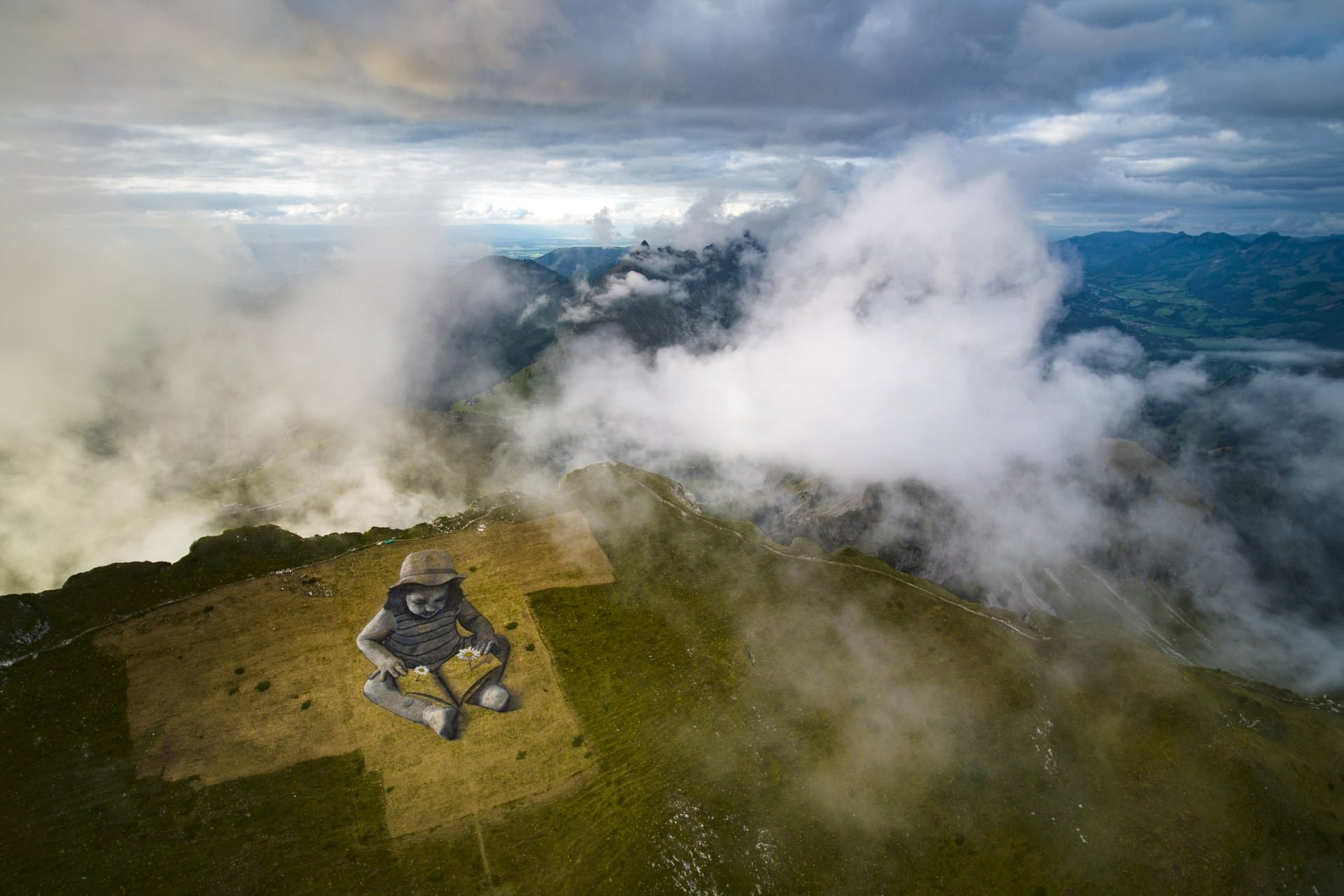 """6000平米巨幅""""草画""""现身瑞士高山无人机辅助艺术家创作"""