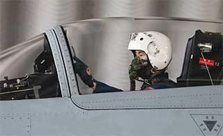 飞行员首次驾歼10飞行很谨慎