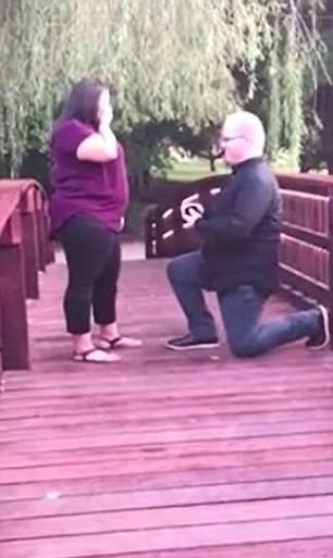 美男子桥上求婚遇尴尬 价值2万元戒指落水