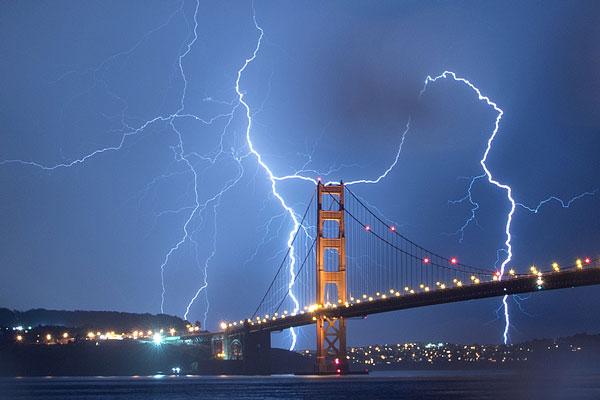 实拍美国加州雷暴瞬间 闪电如白光照亮夜空