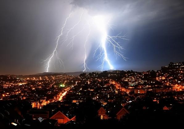 美加州北部遭逾800次雷电袭击引居民不安