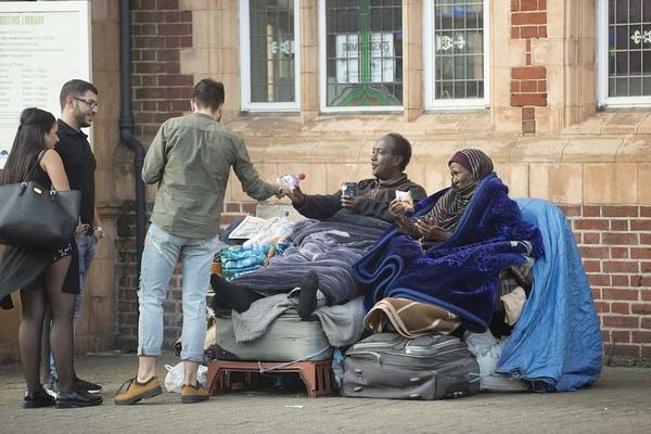 索马里母子露宿街头3年多次拒绝英政府提供住房