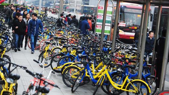 英媒:共享单车引发道路乱象 多城市叫停投放