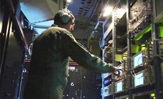 美军心理战飞机舱内画面曝光 挤满各种设备
