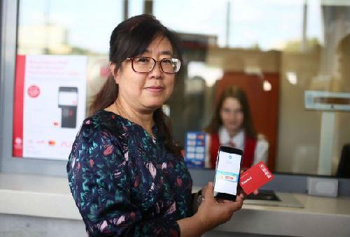中国侨网一名中国游客在莫斯科中央环线卢日尼基站用支付宝购票。