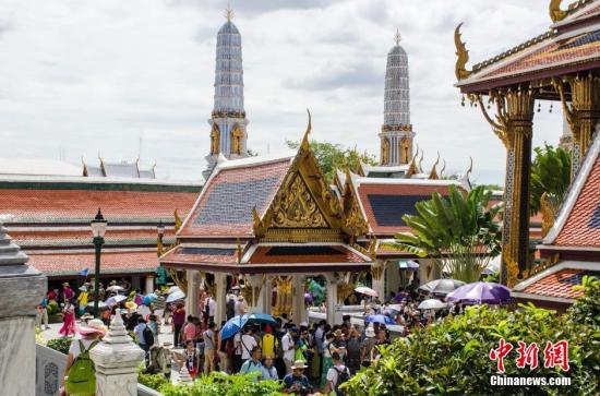 9月13日,泰国曼谷迎来了好天气,在烈日、蓝天白云下,金碧辉煌的大王宫光彩夺目,走在王宫里,擦肩而过的大部分都是中国游客。大王宫是泰国保存最完美、规模最大、最有民族特色的王宫,是泰国著名的游览场所。图为游客在大王宫游览。 翟李强 摄