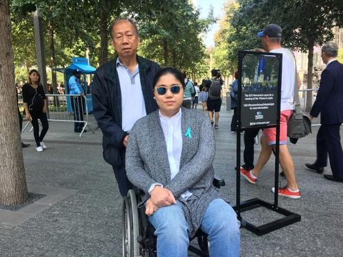 中国侨网柯务使(左)和柯妮可(右)父女前来缅怀柯瑞思。(美国《世界日报》/李硕 摄)