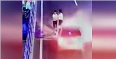 监拍少女快车道上逆行被撞飞