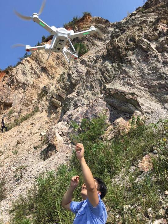 驴友被困百米绝壁母亲求救,武汉民警用无人机空降救命索救出