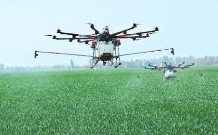 """建起农用无人机队,贫困村致富""""长翅膀"""""""