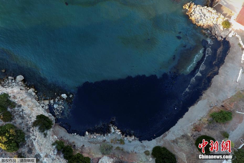 希腊海岸油轮漏油 碧海变得一片乌黑