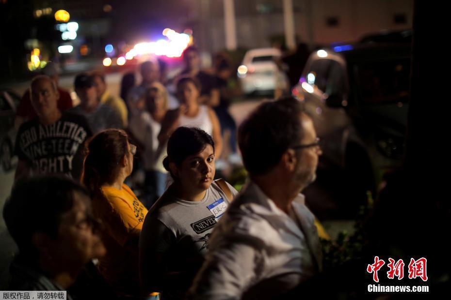 美国佛州灾后停电 民众深夜餐厅外排长队