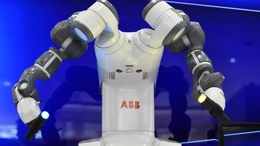 不再僵硬!双臂机器人意大利首次担任乐队指挥