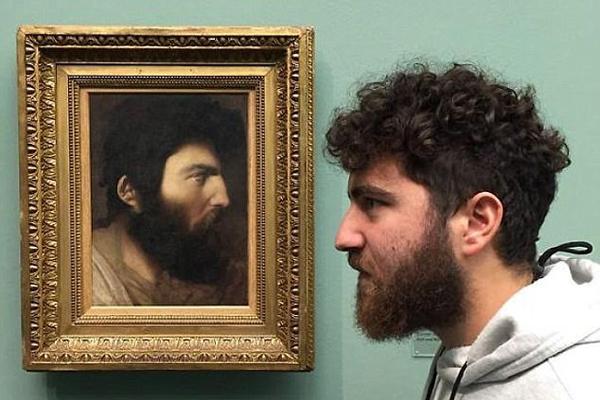 网友展示与油画人像合照 相似度惊人