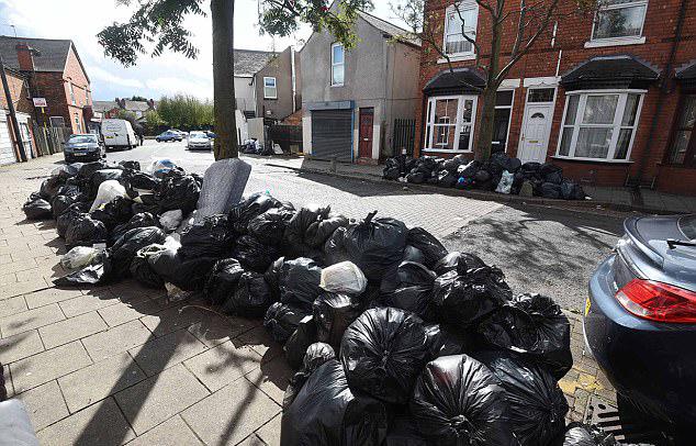 英伯明翰清洁工人罢工 街道垃圾堆积1米高