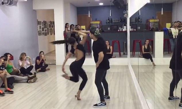 厉害!女舞者穿高跟鞋旋转100圈令人赞叹