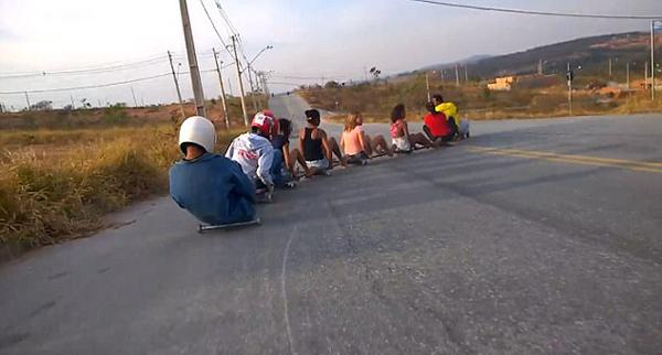 巴西年轻人自制滚轴车滑坡感受速度与激情