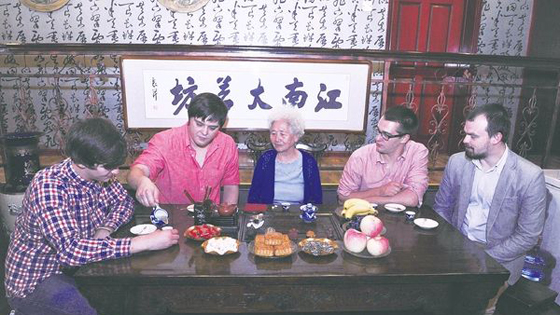 美媒:被厚重文化吸引 洋女婿爱过中国传统节