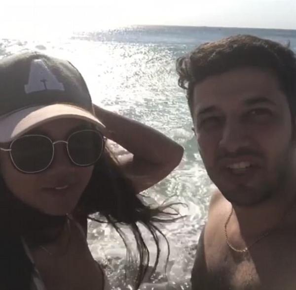 情侣自拍被巨浪卷入海中 拍下这难忘一幕